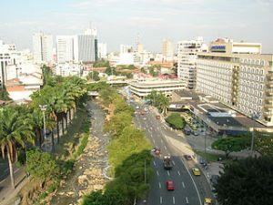 Foto tomada por Augusto Ilian del Rio Cali, la Av Colombia y el Hotel Inter, http://en.wikipedia.org,  (CC BY 2.0)