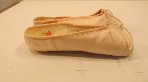 1980's Vintage Soloist pointe shoe by Nadine Ravene